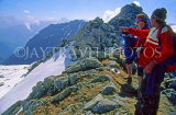 INDIA, Himachal Pradesh, Himalayas, guide with two trekkers, IND1226JPL