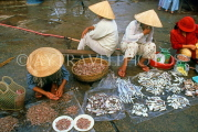 VIETNAM, Hoi An, fish market scene, vendors at fish stall, VT657JPL