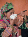 VIETNAM, Lao Cai province, Bac Ha, Flower Hmong woman eating in the market, VT520JPL